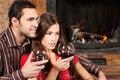 Barn kopplar ihop förälskad tyckande om wine nära spis Arkivbild