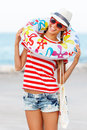 Pláž žena šťastný a farbistý nosenie slnečné okuliare a pláž klobúk s zábava počas cestovať dovolenka dovolenka