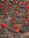 Beaucoup jizo avec le chapeau rouge Photo stock