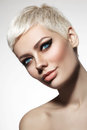 Photo : Beautiful blonde woman with short hair cut and stylish winged eye make-up, copy space t-shirt happiness owl