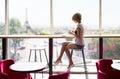 Chica en café en París
