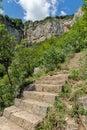 Vodopád najbližšie dediny z a na chodník balkánsky hory