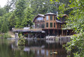 Beautiful off grid home on pond a living the a Royalty Free Stock Photos