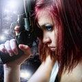 Krásne dievča držanie pištole