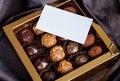 Krásny cukroví v darčeková krabička a prázdny vizitka