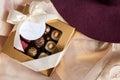 Krásny cukroví v darčeková krabička a prázdny karta