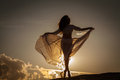 Krásna žena tanec na západ slnka