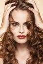 Mujer Toque lo largo rizado cabello