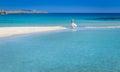 Mujer en blanco playa