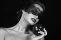 Krásny mladý čarodejnice kúzelníčka obväz čierny čipka držanie zrelý jablko kúzelníctvo pokušenie na skus príbeh spacie
