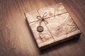 Beautifully emballerad jordlott i brunt papper och som binder med ett rep Royaltyfri Bild