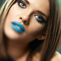 Beauty lips blue modèle visage haut étroit d isolement Photos libres de droits