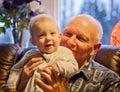 Bebé con el abuelo Foto de archivo libre de regalías