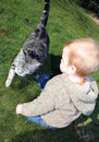 Bebé y gato Fotografía de archivo