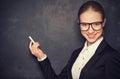 Bedrijfsvrouwenleraar met glazen en een kostuum met krijt bij a Stock Afbeeldingen