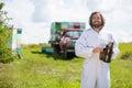 Beekeeper in holding smoker på bikupan Arkivfoto