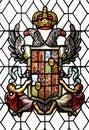 Befläcka exponeringsglas fönster med den gammala spanska vapenskölden thårhundradet Arkivbilder