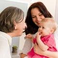Behandla som ett barn kvinnor för mumen för familjfarmodern lyckliga Arkivbild