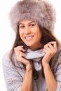 Bella donna del brunette in un cappello di pelliccia Immagine Stock