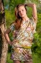 Bella giovane posizione della donna di modo esterna Fotografie Stock Libere da Diritti