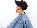 Belle brune avec les cheveux courts dans le salon de coiffure image de haute qualité Photographie stock libre de droits
