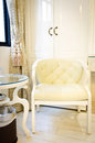 Belle chaise de rideau et de luxe dans le salon Photos stock
