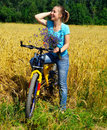 Belle fille de sourire sur la bicyclette Photos libres de droits