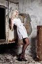 Belle jeune fille dans l image de l infirmière se tenant parmi des ruines Image libre de droits