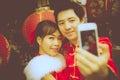 Belle photo de selfie de couples par le smartphone avec le chinois de papier rouge Photo libre de droits
