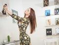 Belle souriante femme rouge de cheveux prenant des photos d elle même avec un appareil photo femelle attirante à la mode prenant Photographie stock libre de droits