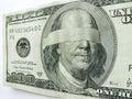 Ben franklin one hundred dollar bill mit verbundenen augen veranschaulicht wirtschaftliche unsicherheit Stockfotos