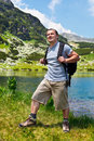 Bergsteiger mit dem Rucksackwandern Lizenzfreies Stockfoto