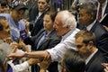 Bernie sanders shakes hands na reunião presidencial modesto ca Imagem de Stock