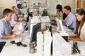 Beschäftigtes büro team working at desks ins Stockbild