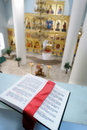 Bible sainte orthodoxe sur la table Image stock