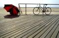 Bici, cortina del sol en la playa Fotos de archivo