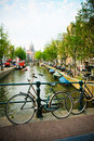 Bicyclettes et canal d'Amsterdam Photos stock