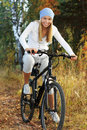 Bicycling na floresta Fotografia de Stock Royalty Free