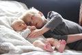 Big brother lovingly playing mit neugeborenem kleinem schwesterchen Stockfotografie