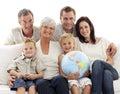 Gran familia en sofá globo