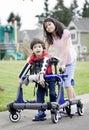 Veľký sestra pomáhame invalidný brat chôdze