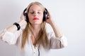 Bild av kvinnan som lyssnar till musik Royaltyfri Foto
