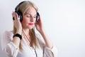 Bild av kvinnan som lyssnar till musik Royaltyfria Bilder