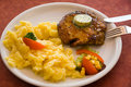 Bistecca di porco, cuocere-con insalata delle patate Fotografia Stock