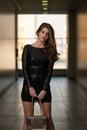 In black dress di modello con le maniche lunghe Fotografia Stock