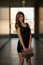 In black dress modelo com luvas longas Fotos de Stock Royalty Free
