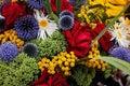 Blandade röda ro för blått bukettjordklot Royaltyfria Bilder