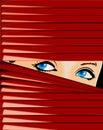 Blauäugiges Mädchen schaut wegen des roten Jalousie. Lizenzfreies Stockfoto