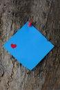 Blauw valentine post it note op een boomboomstam Royalty-vrije Stock Foto's