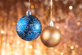 Blauwe en gouden Kerstmissnuisterijen Stock Afbeeldingen
